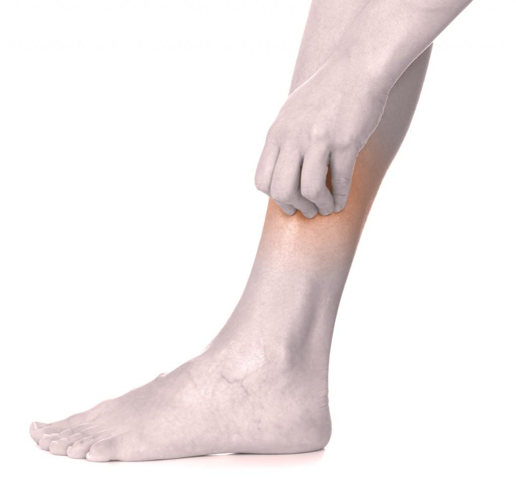 какие симптомы при трещине в ноге
